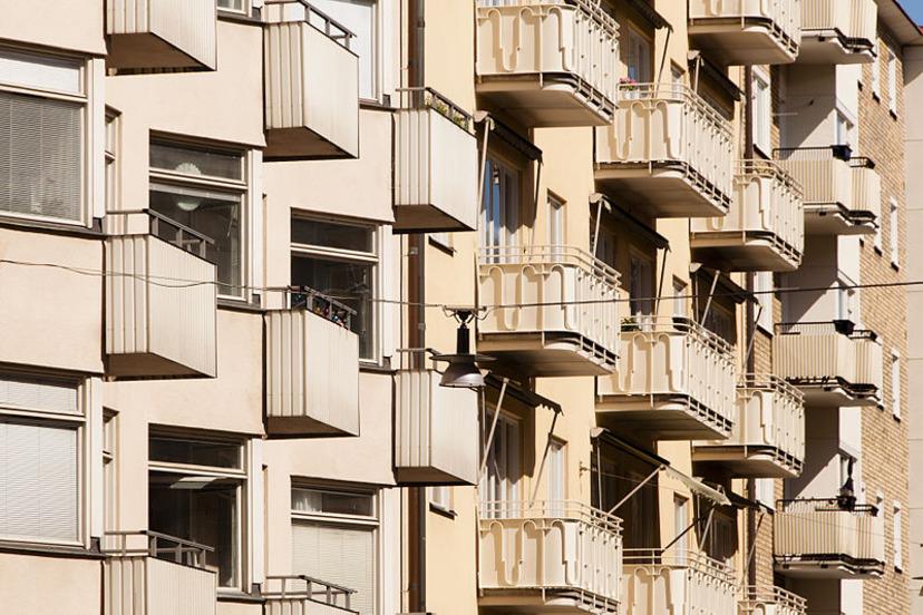 föll från balkong